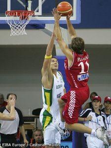 Zoran Planinic shooting over Robertas Javtokas