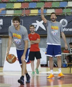 Ricky Rubio and Rudy Fernández with the jersey during their visit to La Coruña