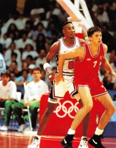 "A ""jealous"" Pippen guarding the new Jerry Krause´s fetich at Barcelona 1992"