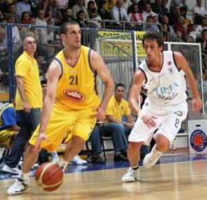 Belinelli in action during the 2004 Euroleague Final Four. Marco played for the Fortitudo between 2003 and 2007 so maybe this jersey tributes this Final Four or the 2005 LEGA championship
