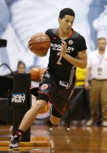 Devin Booker Gutiérrez in action with a similar jersey in an event before the game
